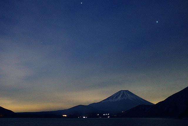 見てよ奥さん、夜の富士山どうですか。