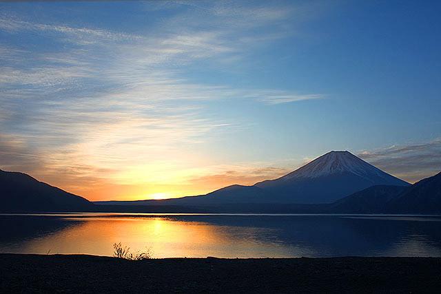 朝日が登る。空気が澄んでおり、よい冬日和です。