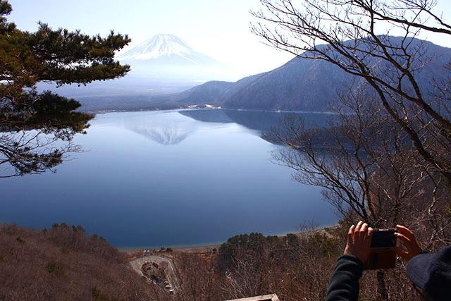雲と風が無い日だけ見られる、見事な逆さ富士でした。