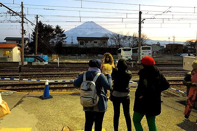 バスでもそうでしたが、駅でも外国人観光客がたくさんいました。彼らのお陰でバスの本数が維持されているのでしょう。日本に来てくれてありがとう!!