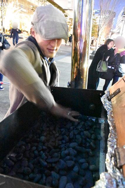石焼き芋の「石」を敷き詰めて