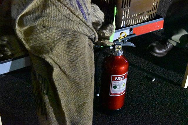 自前のステッカーを張り付けた消火器も常備(あの映画のパロディですね!)