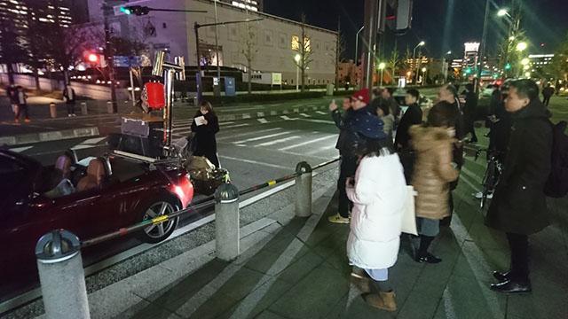 通り過ぎる人もカメラを向けていた