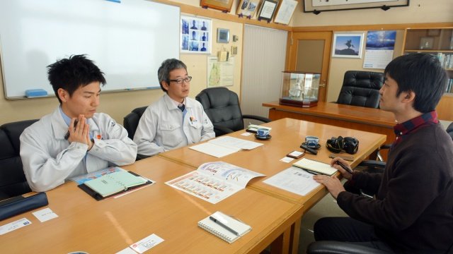 対応していただいたのは宣伝企画課の阿部さん(中央)と加藤さん(左)。2代目社長が使っていたという、立派なお部屋でお話をうかがいました。