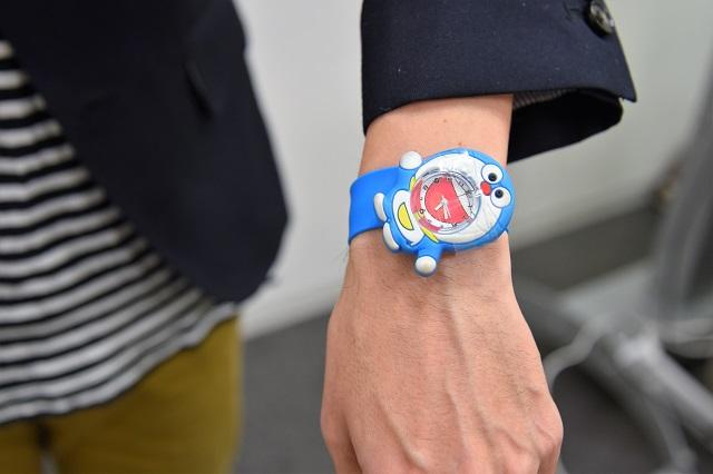 時計がドラえもんだ(しかもパチモンだ)。小物でカジュアル感を出してきたパターンである。これ一つで、全てのビジネス要素を破壊してしまうインパクトがある