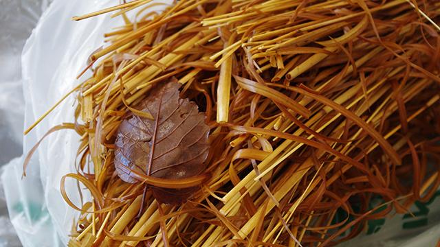 煮上がった枯れ草。枯れ葉付き。