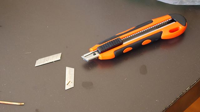 カッターの刃が砕け散った。