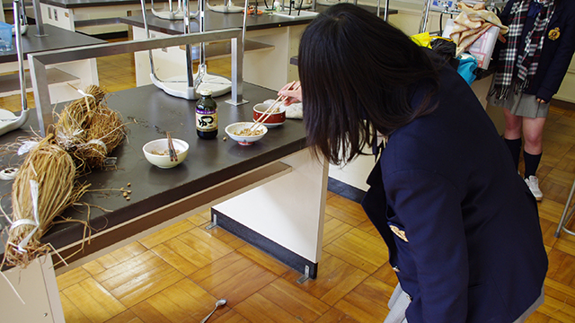 怖がって距離を置く生徒。でもこのあと少し食べてた。