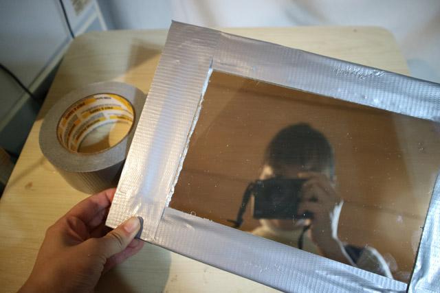 鏡に見せるべく、ダクトテープで周りを囲ってみた。シルバーで高級感が出るはず。と踏んでいたが、ゴミにしか見えない。