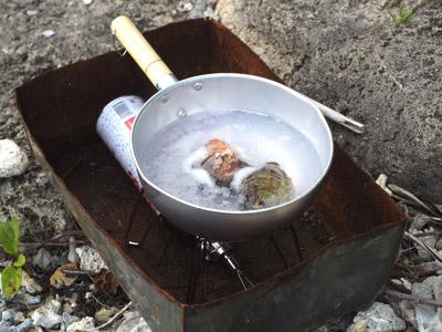 真水を沸かし、アンダマンを投入。いいダシが出ますように。
