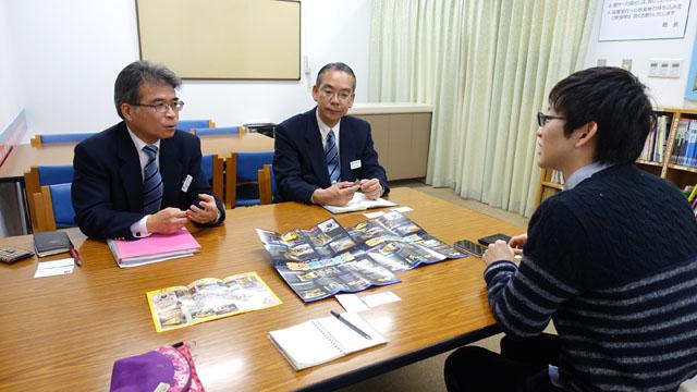 左から館長の賀山さん、職員の河村さん、僕