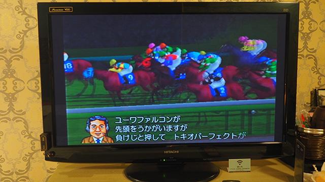 締切時間がきたらレーススタート。本物の馬ではなく競馬ゲームだ。ただ、司会者が臨場感たっぷりに実況してくれるので楽しい。
