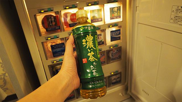 冷蔵庫から好きな飲み物を2本取って良いと言われた。2本ももらっていいの?! と驚いたけど、普通はカップルだからか。ビールもあるぞ。