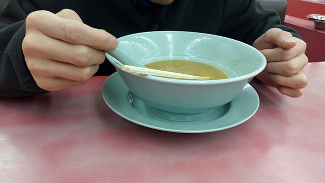 スープも全部飲む。夫は山岡家のことになるとめっちゃ喋る。