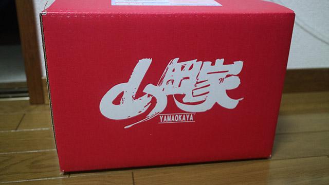 すでにお店で山岡家のインスタントラーメンを購入していたので、今回はどんぶりを通販しました。宅配便でこの箱が。テンションが上がりました。