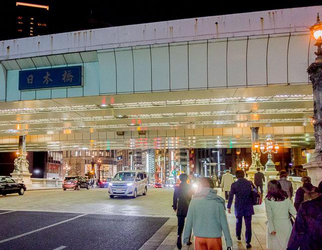 「日本橋を経由しよう」という参加者のひとりの発案で中央通りを行く。旅の出初めは日本橋である。