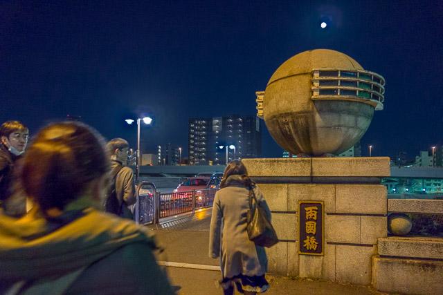 両国橋のモニュメントの上に同じ形の月が