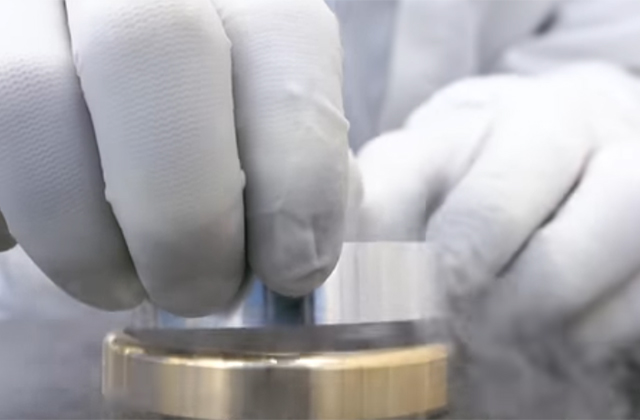液体窒素に漬けてからの焼きばめ作業。ハンドスピナーとしては普通に前代未聞だ。(ミネベアミツミ動画より)