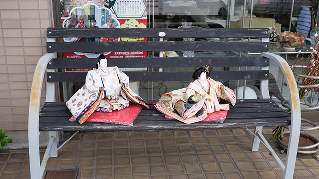 駅前のギフトショップではベンチに雛人形が置かれていた。ここではカーネルサンダースやマクドナルドのドナルドと同じ扱いなのかもしれない