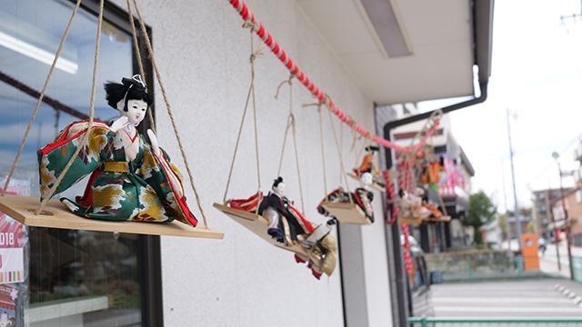 唐突に飾られている雛人形。このあたりで見すぎて雛人形の価値が下落していることに気づく