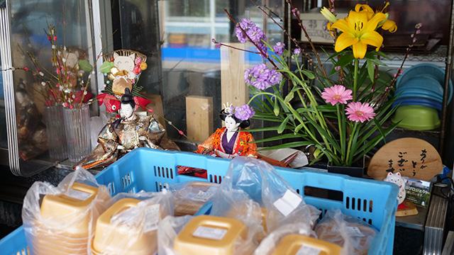 魚松さんでとりめしを買う。雛人形を飾り付けるのはここにお嫁に来たときからやっているという。