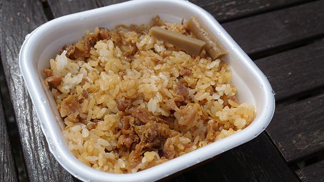 この肉とめし感がすごい。野菜はごぼう2切れのみ。油揚げも肉と甘辛く炊かれているようだが、ほぼ鶏肉とめし