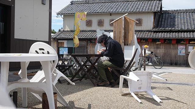 強風が吹く中、肉と飯をかっこむ。観光客はいない