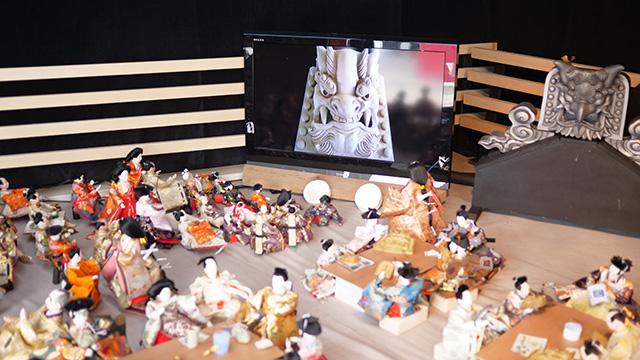鬼瓦をパブリックビューイングしながら鬼瓦を作る雛人形たち。どういう世界観なんだ