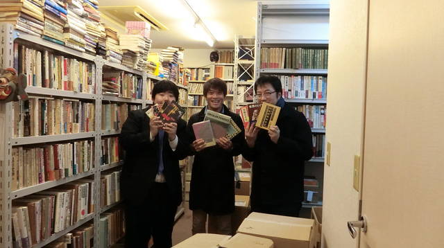 右からライター西村さん、編集部安藤さん、筆者。興奮して本を買った。