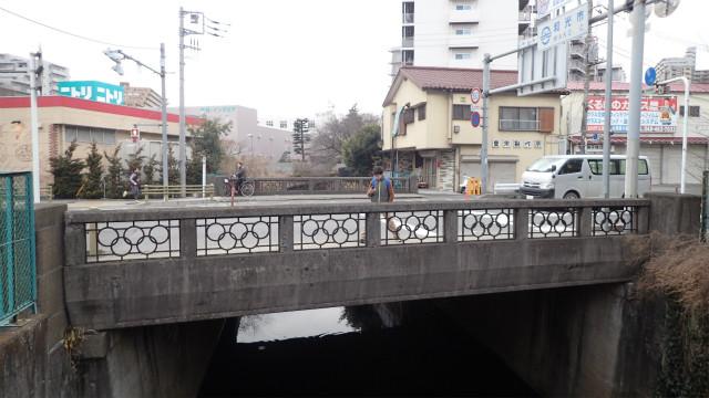 新東埼橋、真ん中から右が埼玉県、左が東京都