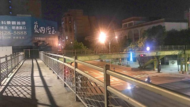 日本の歩道橋とは趣が少々異なる