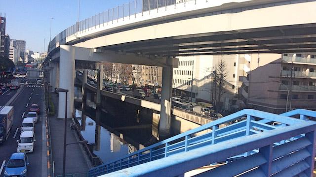 「おトク感満載、サービスセット的な歩道橋です」