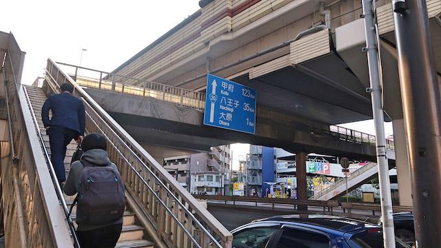 歩道橋ファンと信号が青になるのを待てない人は渡る