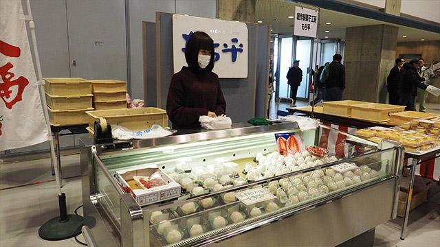 LLサイズの苺が入った白あん大福(200円)をゲット。