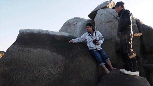 研究にきていた古代巨石文化探検家、篠澤邦彦さんにも出会う。「ここ見て!」と古代の人が目印につけたらしき跡を教わる。人工物なのだ。