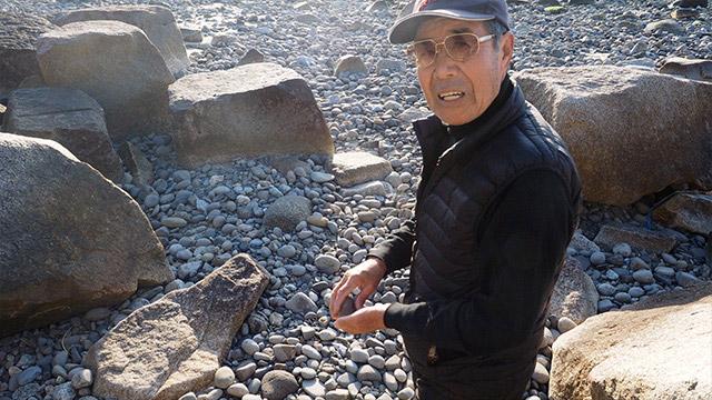 そこからトラックで少し移動したところで石を探し始めた池本さん