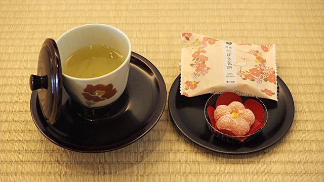 松山市の花「椿」をモチーフにしたオリジナルお菓子。美味しい。お茶の器は愛媛の砥部(とべ)焼。