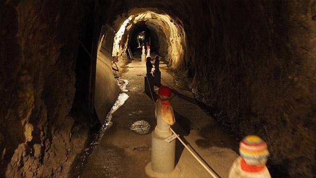 この洞窟、すごく長い!そして暗くてけっこう怖い。