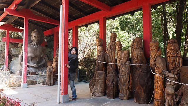 木彫りの像がこの一帯にもっといる。