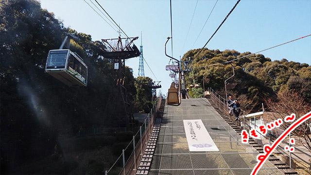 広大な松山城。本丸に行くにはロープウェーかリフトで登る。天気がよくて気持ちいいのでリフトを選んだ。