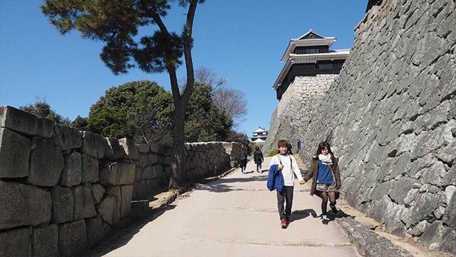 見えるのは青空と立派な高さを誇る石垣。天空の城かのようだ。