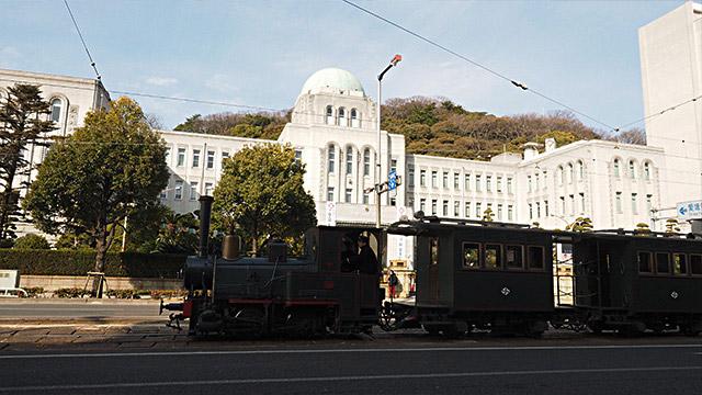 県庁を撮ろうとしたら、ちょうど「坊ちゃん列車」が通った! ラッキ~