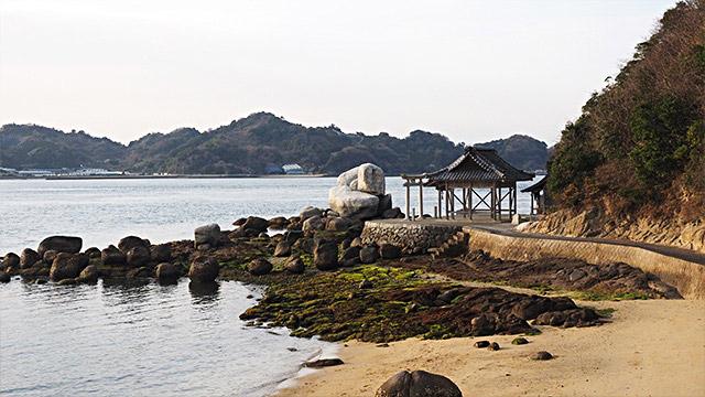 一気にバイクを走らせて、また海辺にやってきた。神社の前にあるのが「三ツ石」