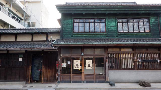 三津に渡ると、古い町並みの散策が楽しめる。こちらは鯛めし(炊き込みご飯の方)専門店。