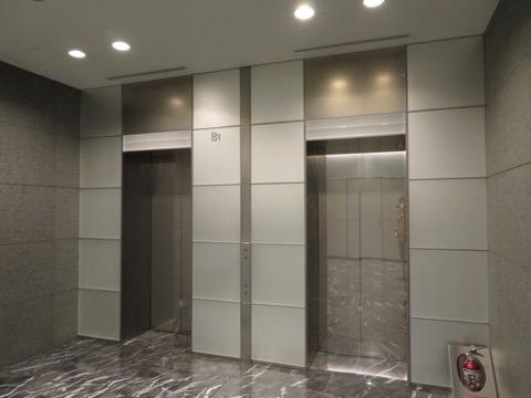 こういうたたずまいのエレベーターホールで、