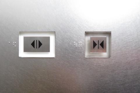 透明なボタンにステンレスが乗ってて、ひらくボタンは緑じゃない