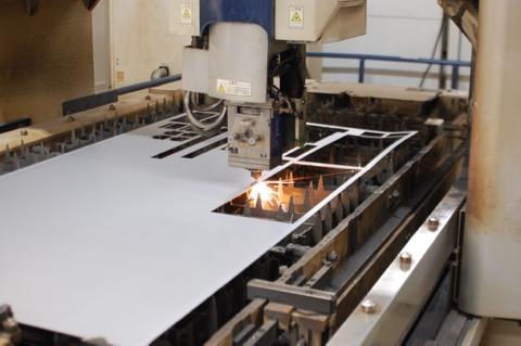 レーザー加工機でステンレスを切る