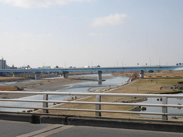 橋から見る多摩川。マンホール日和だな