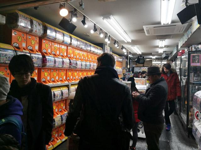店内には天井に届くくらいガチャガチャが詰まれている。
