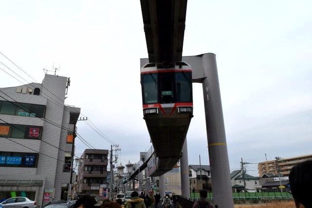 """湘南モノレールは、大船から湘南江の島までを結ぶ懸垂式モノレール(ぶら下がるタイプ)である。商店街や住宅街の上空を電車が""""飛んで""""いくのがダイナミック。"""